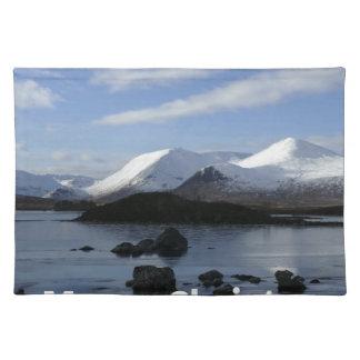 Weihnachtsschnee auf schwarzem Berg, Schottland Stofftischset