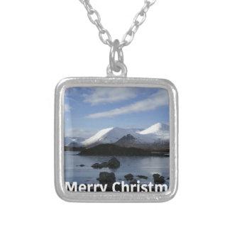 Weihnachtsschnee auf schwarzem Berg, Schottland Versilberte Kette