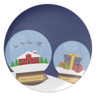 Weihnachtsschnee-Kugeln und Teller
