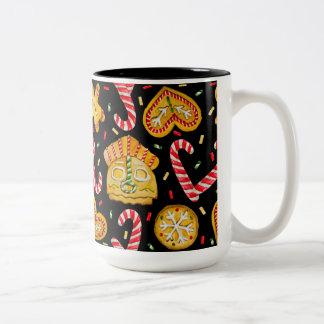 WeihnachtsSüßigkeiten. Schwarzer Hintergrund Zweifarbige Tasse