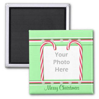 Weihnachtszuckerstangen auf Grün (Fotorahmen) Quadratischer Magnet