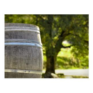 Wein-Fass benutzt, um Vintagen Wein zu speichern Postkarte