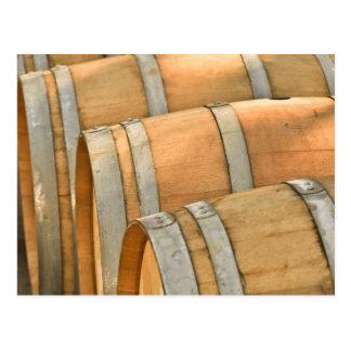 Wein-Fässer benutzt, um Vintagen Wein zu speichern Postkarte