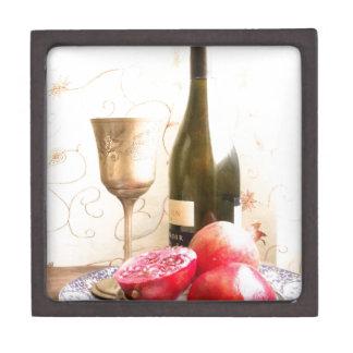 Wein-Flasche und Granatäpfel Kiste