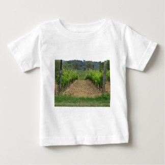 Weinberg im Frühjahr. Toskana, Italien Baby T-shirt