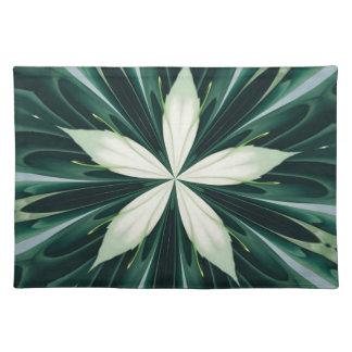 Weiß-Blätter in einem grünen Waldkaleidoskop Tischset