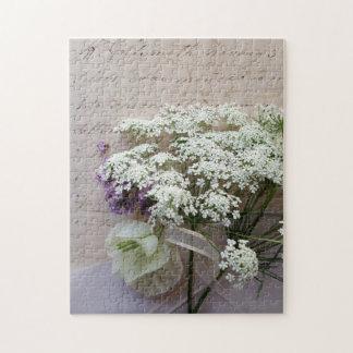 Weiße Blumen mit Skript Puzzle