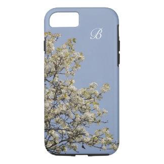 Weiße Blüten, blauer Hintergrund, Monogramm iPhone 8/7 Hülle
