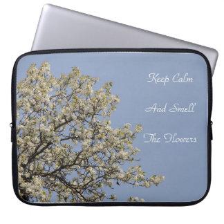 Weiße Blüten mit blauer Himmel Text können Laptopschutzhülle