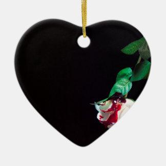 Weiße blutrote Seite der Rose Keramik Ornament