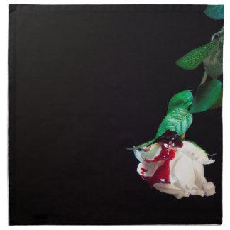 Weiße blutrote Seite der Rose Stoffserviette
