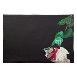 Weiße blutrote Seite der Rose Tischset