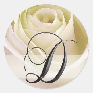 Weiße BrautRosen-Monogramm-Aufkleber-Initiale D Runder Aufkleber