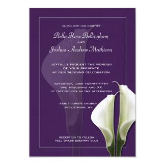 Weiße Calla-Lilien, die Einladung auf Lila Wedding Karte