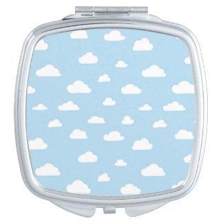 Weiße Cartoon-Wolken auf blauem Hintergrund-Muster Taschenspiegel