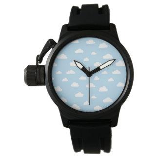 Weiße Cartoon-Wolken auf blauem Hintergrund-Muster Uhr