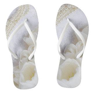 Weiße die Wedding Blumen und Perlen drehen Flip Flops