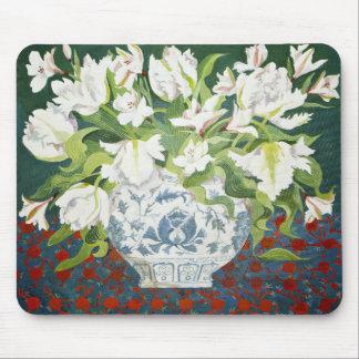 Weiße doppelte Tulpen und Alstroemerias 2013 Mousepad