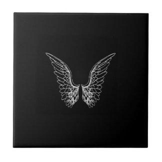 Weiße Engels-Flügel auf schwarzem Hintergrund Fliese