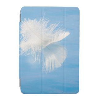 Weiße Feder denkt über Wasser | Seabeck, WA nach iPad Mini Cover