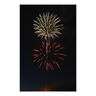 Weiße Feuerwerks-Explosion über roter Fotodruck