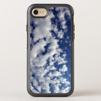 Weiße flaumige Wolken auf blauem Himmel OtterBox Symmetry iPhone 8/7 Hülle
