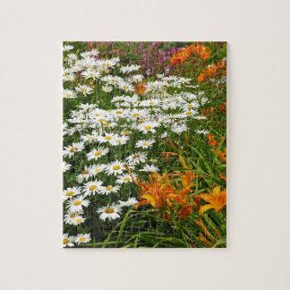 Weiße Gänseblümchen und orange Lilien Puzzle