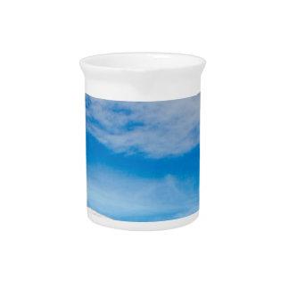 Weiße Gebirgsblauer Himmel-Landschaft Krug