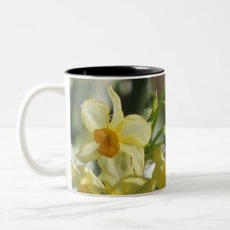 Weiße gelbe Blumen Zweifarbige Tasse