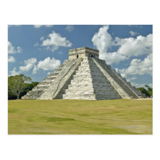 Weiße geschwollene Wolken über der Mayapyramide Postkarte