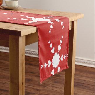 Weiße Herz-Schneeflocken auf Rot - Tabellen-Läufer Kurzer Tischläufer