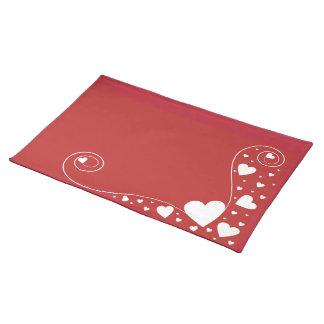 Weiße Herzen auf Rot Stofftischset