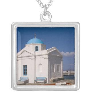 Weiße Kirche auf dem Strand nahe dem Ägäischen Versilberte Kette