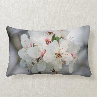 Weiße Kirsche mit Blumen Lendenkissen