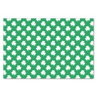Weiße Kleeblätter auf grünen St Patrick Tagesklee Seidenpapier