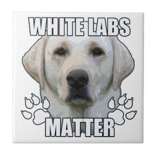 Weiße Labradorangelegenheit Fliese