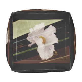 Weiße Mohnblume mit gestreiftem Hintergrund Kubus Sitzpuff