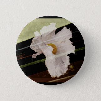 Weiße Mohnblume mit gestreiftem Hintergrund Runder Button 5,7 Cm