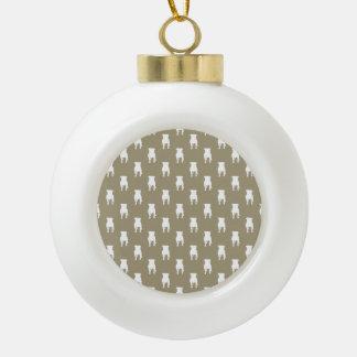 Weiße Mops-Silhouetten auf kakifarbigem Keramik Kugel-Ornament