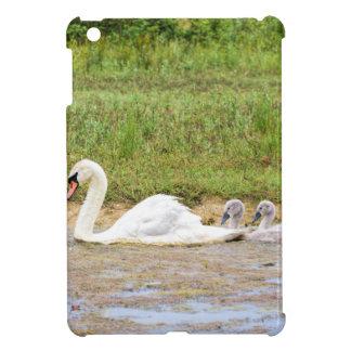 Weiße Mutterschwanschwimmen in Übereinstimmung mit iPad Mini Hülle