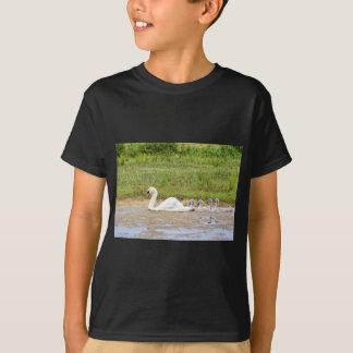 Weiße Mutterschwanschwimmen in Übereinstimmung mit T-Shirt