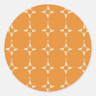 Weiße Orange des rechtweisend Nord Runder Sticker