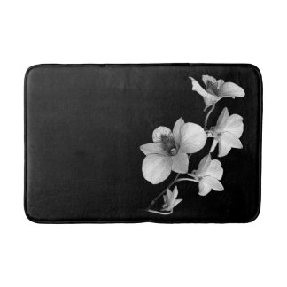 Weiße Orchidee auf schwarzer Bad-Matte Badematte