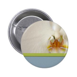 Weiße Orchideenschablone mit blauem und grünem Akz Runder Button 5,1 Cm