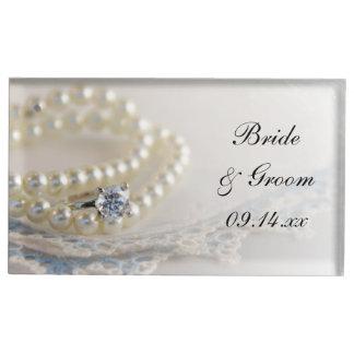 Weiße Perlen, Diamant-Ring und blaue Tischkartenhalter