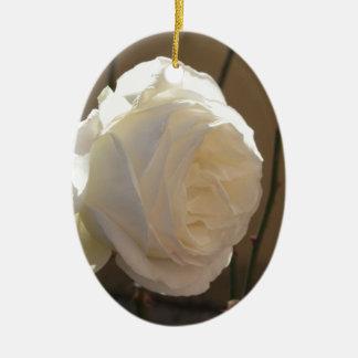 Weiße Rosen-Blume des Singles auf braunem Keramik Ornament