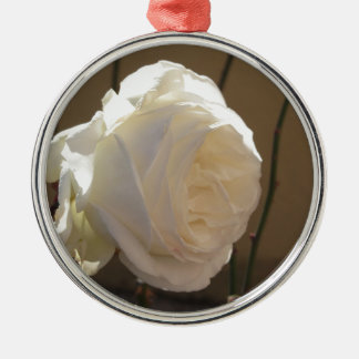 Weiße Rosen-Blume des Singles auf braunem Silbernes Ornament