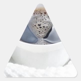 Weiße Schale heißer Kaffee umgeben durch eine Dreieckiger Aufkleber