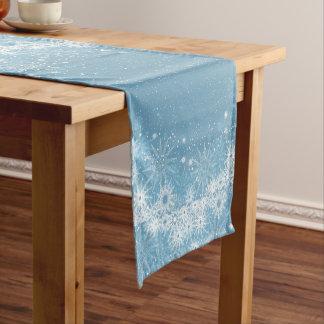 Weiße Schneeflocken auf blauem Tabellen-Läufer Kurzer Tischläufer