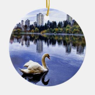 Weiße Schwan-Schwimmen in der Stadt Rundes Keramik Ornament